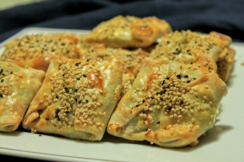 Σπιτικό φύλλο ανοιγμένο με τέχνη, αγάπη και μεράκι που φιλοξενεί τα νόστιμα τυριά της Κρήτης είτε τα μυρωδικά της χόρτα είτε και ανάμικτα...όλα μας αρέσουν!