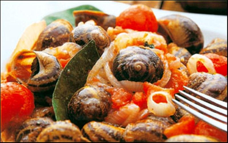 Ναι τρώγονται και η γεύση τους απλά ΔΕΝ περιγράφεται!! Σαλιγκάρια με φρέσκια ντομάτα, πατάτες, κολοκυθάκια, μαϊντανό και άλλα μυρωδικά και απαραιτήτως κόκκινο Κρητικό κρασάκι ....ΧΩΡΙΣ ΛΟΓΙΑ, ΜΟΝΟ ΑΠΟΛΑΥΣΗ!!