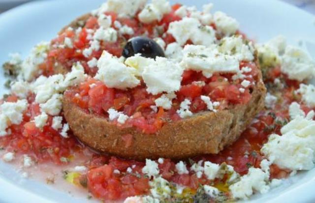 Ο συνδυασμός που έχει μεταφερθεί πλέον σε όλη την Ελλάδα, πρωτοξεκίνησε από την Κρήτη μας και εκτός από την κριθαροκουλούρα, τη φρέσκια ντομάτα τριμμένη στον τρίφτη, το σωστό λάδι και τις ελιές, απογειώνεται με τη σωστή κρητική μυζήθρα!