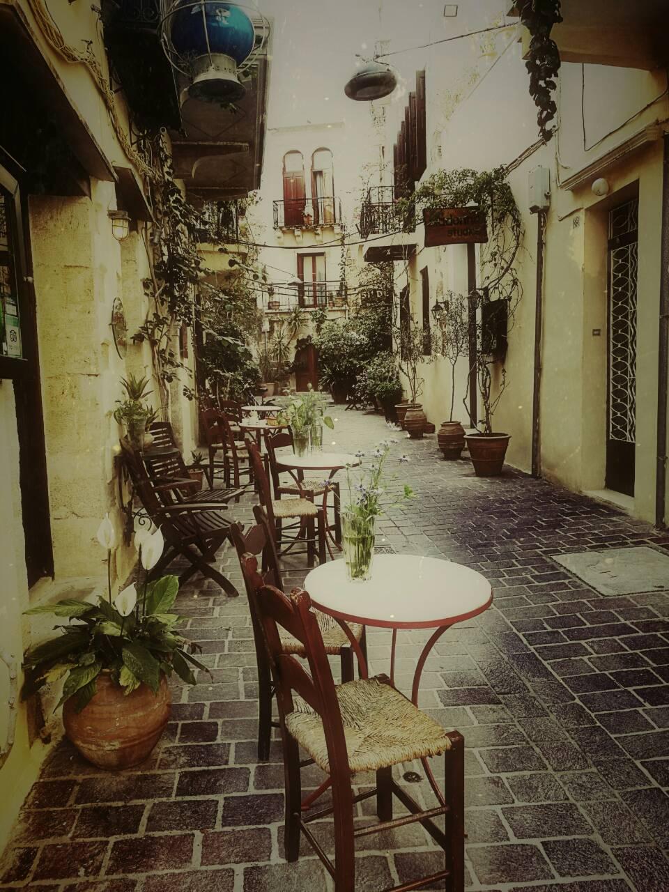 Η οδός Θεοτοκοπούλου, ένα στενό πάνω από το γραφικό λιμάνι της Παλιάς Πόλης των Χανίων, το στενό παιδικών χρόνων με ανεμελιά, παιχνίδι και γέλια που ακόμα ακούγονται στα αυτιά μας